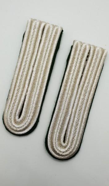Schulterstücke silberfarbig auf grünem Untergrund 4-streifig