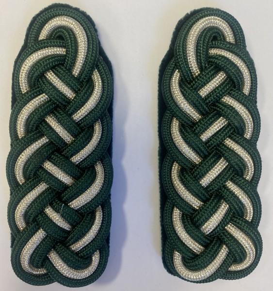 Schultergeflecht 5-bogig aus 2 Teilen schützengrün und 1 Teil silberfarbig